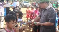 Chủ tịch Hội Nông dân Việt Nam Thào Xuân Sùng thăm hỏi, tặng quà cho dân bị lũ lụt, sạt lở đất tỉnh Quảng Trị