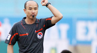 Clip: Trọng tài V.League ngã xuống sân vì bị trúng bóng vào mặt