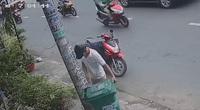 VIDEO: Người đàn ông trộm... thùng rác