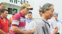 Chùm ảnh: Khánh Hòa đưa 11 ngư dân và tàu cá Bình Định gặp nạn vào bờ