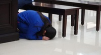 Tin tức 24h qua:Người mẹ bạo hành con gái đến chết, quỳ gối xin lỗi mẹ đẻ tại tòa
