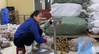 Tiểu thương chợ Long Biên tấp nập chuẩn bị các phần quà hướng về miền Trung