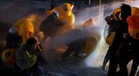 """Ảnh thế giới 7 ngày qua: Dùng vịt cao su để """"chống cự"""" với vòi rồng tại Thái Lan"""