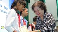 Nguyên Phó Chủ tịch nước trao học bổng cho học sinh dân tộc thiểu số, con em gia đình ngư dân khó khăn