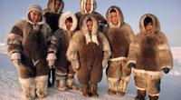 Tộc người mặc quần áo như gấu bông để chống chọi với tuyết phủ quanh năm