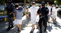 """Chính quyền mang tội phạm băng đảng ra """"diễu hành"""" để nhà báo ghi hình"""