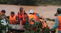 Ảnh - Clip: Nghẹt thở giải cứu hai du khách bị lũ cuốn, trèo lên cây giữa dòng nước xiết