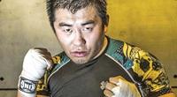 Clip: Bị Từ Hiểu Đông hạ gục sau 12 giây, võ sư Trung Quốc đổ cho... chói mắt