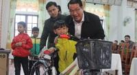 Học sinh ở Quảng Trị cười lộ răng sún khi nhận xe đạp từ đoàn thiện nguyện tỉnh Long An