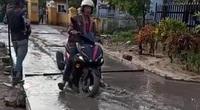 Truy tìm người đàn ông chạy xe máy giữa đường bê tông đang làm