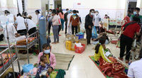 """Hình ảnh bác sĩ """"căng mình"""" cứu chữa 153 người ngộ độc xôi từ thiện"""