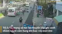 Nhóm côn đồ dùng hung khí tấn công nhóm người trên ô tô 16 chỗ