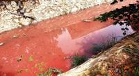 Kinh hãi con suối nước chuyển màu, hết xanh đến đỏ