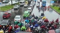 """Mưa trắng trời sáng đầu tuần, ngàn người """"chôn chân"""" vì Sài Gòn kẹt xe tứ bề"""