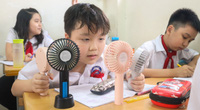 Học sinh Hà Nội tự làm mát như thế nào trong tiết trời oi bức?