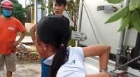 """Mẹ trói tay con gái 11 tuổi của mình vào thùng xe tải đánh đập để… """"phạt trộm"""""""