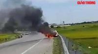 Video: Xe ô tô bốc cháy dữ dội, tài xế gào khóc nhờ người lấy giúp giấy tờ