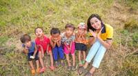 H'Hen Niê chơi đùa cùng các em nhỏ, hồn nhiên trong  bộ ảnh Tuổi thơ