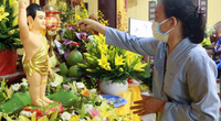 Người dân đeo khẩu trang kín mít dự Phật Đản và nghi lễ tắm Phật
