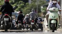 """Đường phố Hà Nội như """"bốc hơi"""", người đi đường khốn khổ trong nắng nóng 42 độ C"""