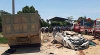 Xe tải đè bẹp xe con, 3 người tử vong