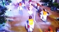 """Gần 200 người cầm dao, gậy """"dạo phố"""", đập phá tanh bành quán ốc ở Sài Gòn"""