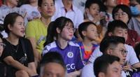 Bạn gái Quang Hải cổ vũ thế nào trên khán đài khi Hà Nội thắng HAGL?