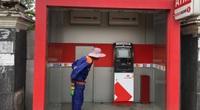 TP.HCM: Bị cây ATM nuốt thẻ, thanh niên bực tức dùng búa đập phá