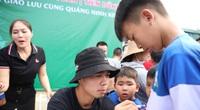 Bị fan nhí ở Quảng Ninh quây, Công Phượng, Bùi Tiến Dũng mướt mồ hôi
