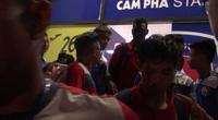 Công Phượng bị fan vây kín sau chiến thắng của TPHCM