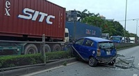 Video: Nữ tài xế ôtô tạt đầu xe container bị húc văng