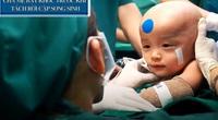 Cha mẹ cặp song sinh dính liền bật khóc trước giờ phẫu thuật