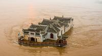 Video: Biển nước của lũ lịch sử ở Trung Quốc không thể khuất phục ngôi đền 700 tuổi
