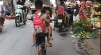 CLIP: Bé trai lớp 3 đi xe đạp, một tay ôm em gái mầm non phóng nhanh trên đường