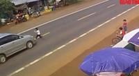 Video: Kinh hoàng cảnh bé trai chạy qua đường bị ô tô tông bắn lên