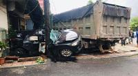 Video: Kinh hoàng khoảnh khắc ô tô con sang đường ẩu bị xe ben tông nát bét