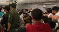 """Cấm bay 1 năm khách nam """"cổ vũ"""" người chửi bới, đe dọa tiếp viên hàng không"""