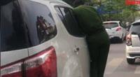 Video: Công an bám cánh cửa, tài xế vẫn tăng tốc giữa phố