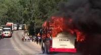Xe khách bốc cháy dữ dội, nhiều người hoảng loạn bỏ chạy