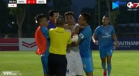 Clip: HLV Phố Hiến lao vào sân bóp cổ cầu thủ An Giang