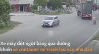 Video: Hãi hùng xe container lao vào nhà dân khi tránh xe máy băng qua đường