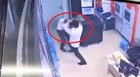 Video: Nam thanh niên đánh tới tấp nữ nhân viên bảo vệ chung cư ở Hà Nội