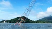 Trụ điện cao thế vượt biển bị đổ nghiêng