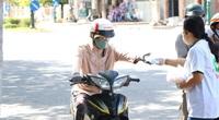 Ninh Thuận: Phát hàng ngàn chiếc khẩu trang cho người dân đi đường