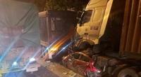 Nóng: Ô tô con dừng đèn đỏ bị container đè bẹp dúm, 3 người chết, 1 người bị thương