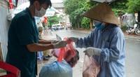 Tiếp tế mì tôm, thịt gà cho người dân trong khu phố Kiều Mai bị phong toả