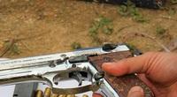 Một thanh niên dùng súng tự bắn vào đầu rồi dùng điện thoại ghi lại