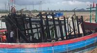 Thanh Hóa: Tàu cá cháy trên sông Lạch Trường