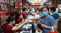 Giá vàng lên 62,2 triệu đồng/lượng, các cửa hàng ở Hà Nội nhộn nhịp người mua bán