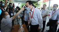 Bộ trưởng Phùng Xuân Nhạ đeo khẩu trang kiểm tra công tác thi tốt nghiệp THPT 2020